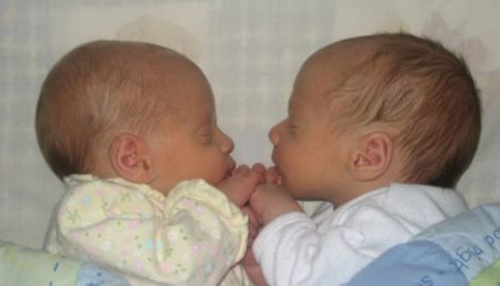 "Fraternal twins at two weeks old. The technical term for ""fraternal"" is ""polyzygotic"". Photo: multipleparent/Wikimedia Commons"
